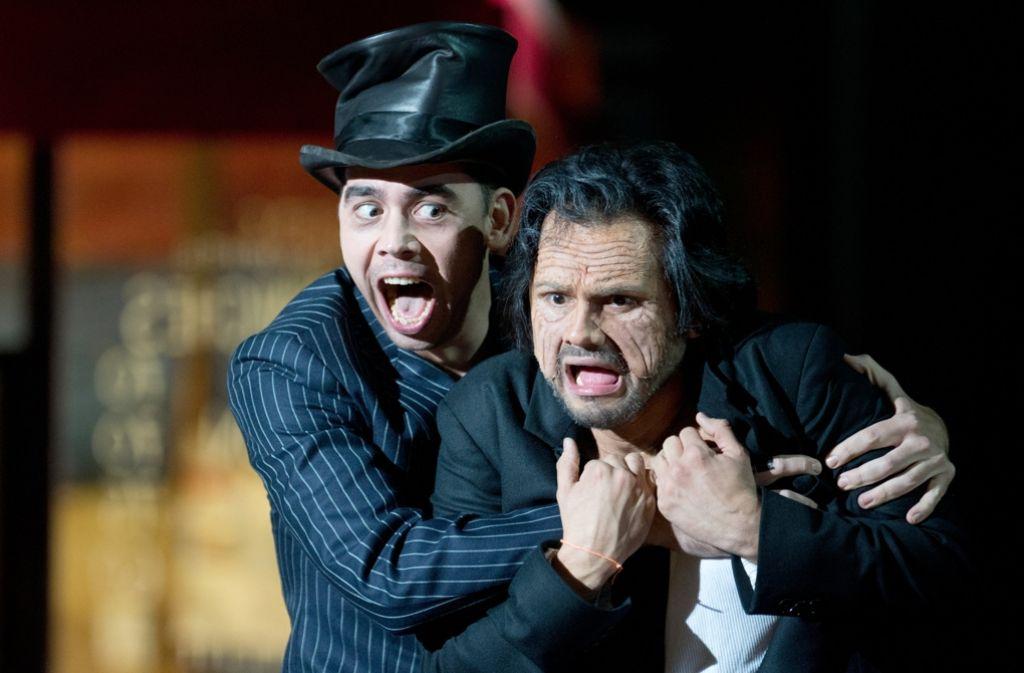 """Sänger der Oper Stuttgart Adam Palka (l, Mephistoteles) und Attala Ayan (r, Faust) bei den Proben für die Oper """"Faust"""". Die Neuinszenierung von Frank Castorf hat am 30. Oktober 2016 Premiere gefeiert. Foto: dpa"""