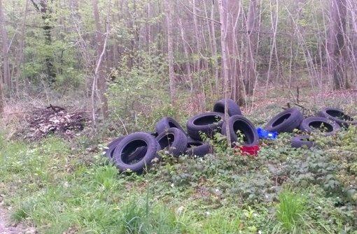 Autoreifen im Wald entsorgt