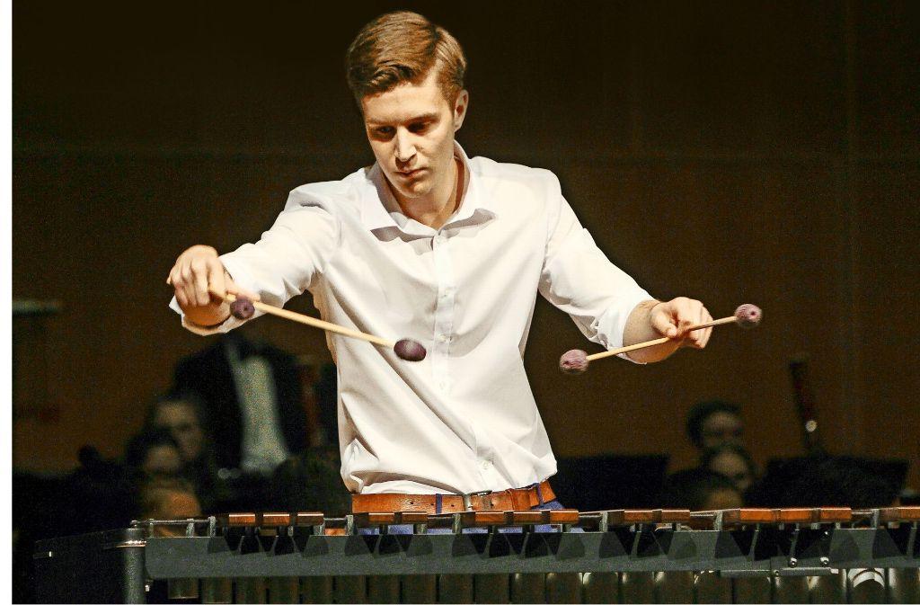 Marius Schwarz glänzt an seinem Instrument – dem Marimba. Foto: factum/Bach