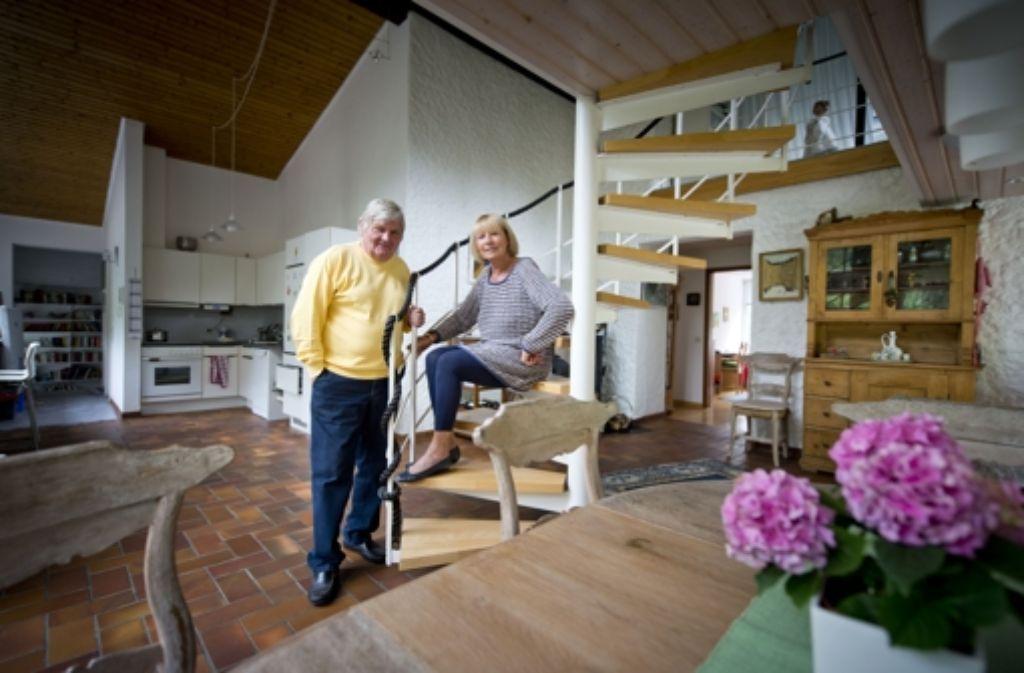Jürgen und Monika Sundermann in ihrer Wohnung im Mahdental. Seit 46 Jahren sind der Fußballverrückte aus dem Kohlenpott und die Blondine mit der Berliner Schnauze ein Ehepaar. Foto: Martin Stollberg