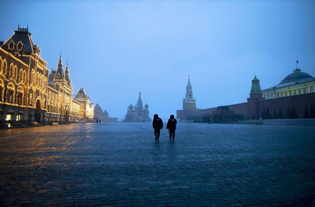 Der Rote Platz in Moskau ist menschenleer. Der angrenzende Kreml wirkt mit der Pandemie überfordert. Foto: dpa/Alexander Zemlianichenko