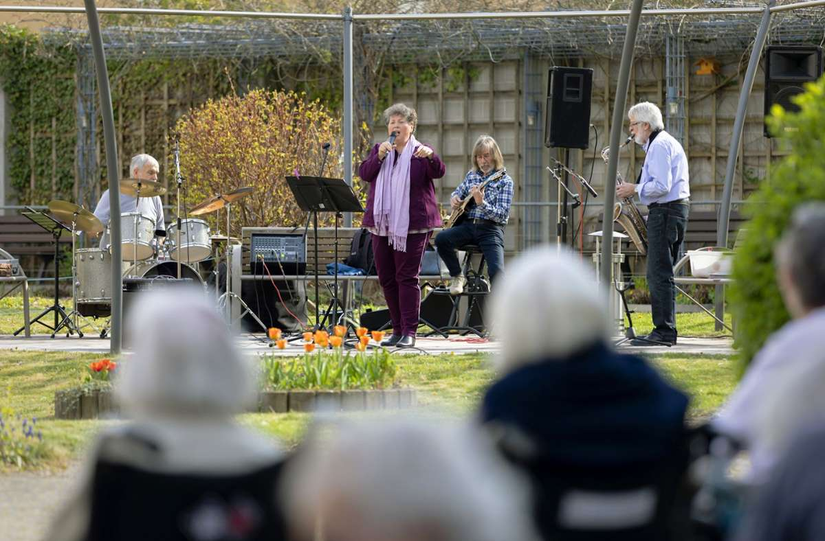 Die Band Uhujatz ist Mitte April im Innenhof des Samariterstifts in der Oberen Stadt in Geislingenaufgetreten, um den Bewohnern  ein wenig Abwechslung im Corona-Alltag zu bescheren. Foto: Markus Sontheimer