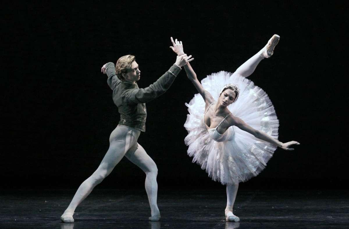 """Normalerweise wird  """"Schwanensee"""" auf der Bühne aufgeführt – eine russische Ballerina verlegte ihre Performance  auf das Eis. Foto: dpa/Claudia Esch-Kenkel"""