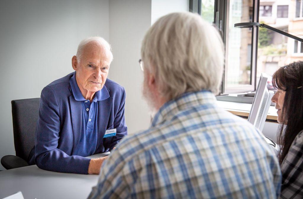 Frank Oppenländer (links) bei einem Beratungsgespräch am Tag der offenen Tür – immer mehr Menschen suchen Rat bei Haus und Grund. Foto: Lichtgut/Julian Rettig