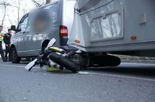 Biker prallt gegen Wohnwagen und wird schwer verletzt