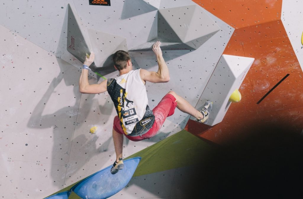 Schnell und trotzdem mit Bedacht: Die Boulderer klettern ohne Griffe. Foto: Lichtgut/Verena Ecker