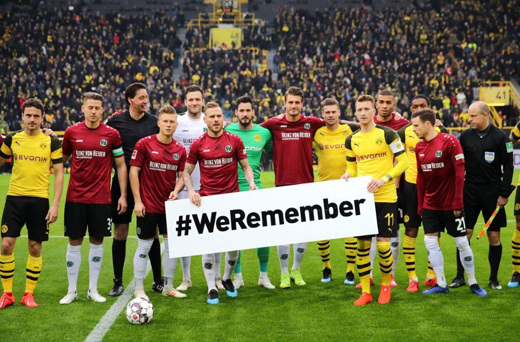 Unter anderem die Spieler von Borussia Dortmund und Hannover 96 haben vor dem Bundesligaspiel an die Opfer des Holocaust erinnert. Foto: Bongarts
