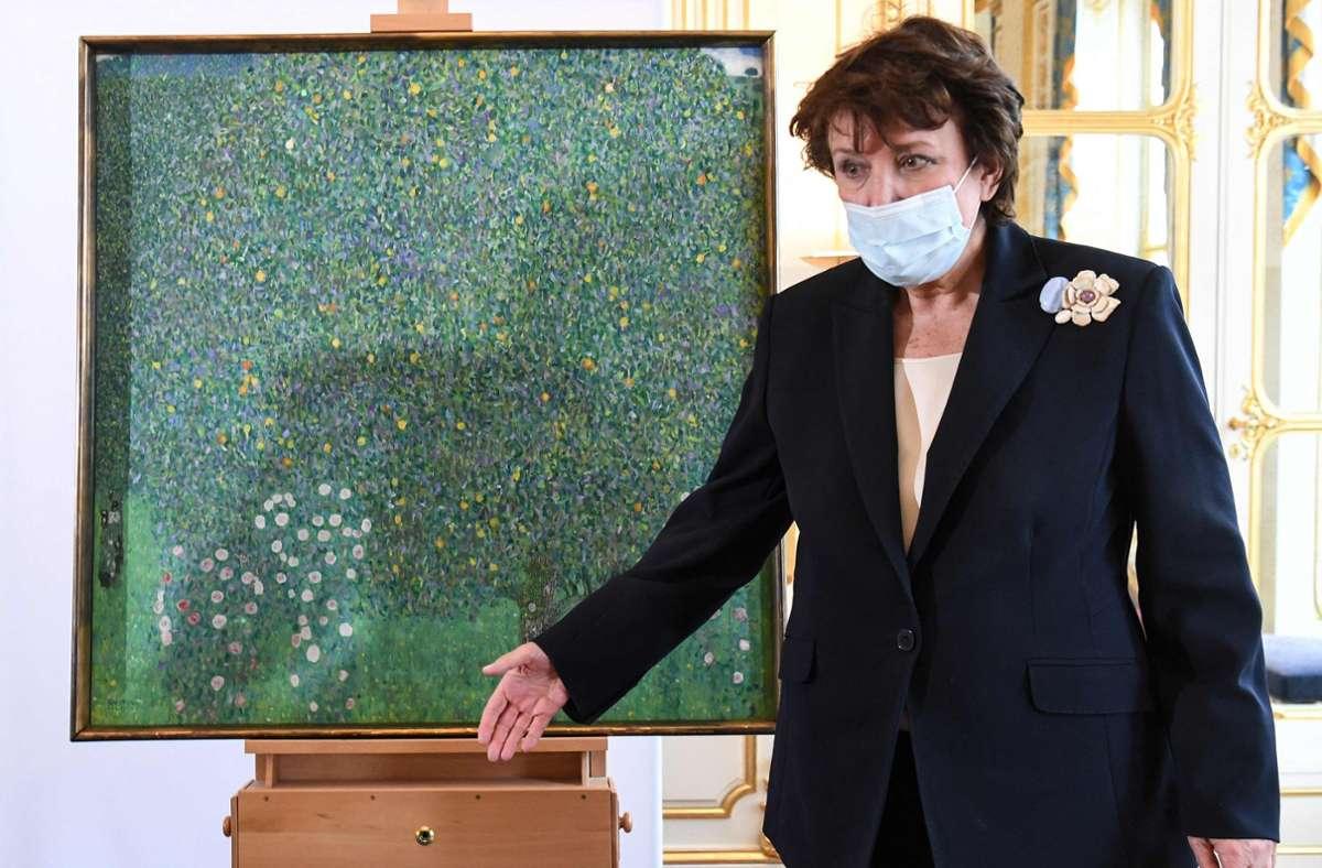 """Frankreichs Kulturministerin Roselyne Bachelot-Narquin bei der Präsentation des Klimt-Gemäldes """"Rosen unter Bäumen"""". Das Bild wird den Erben von Nora Stiasny zurückgegeben, die von den  Nazis ermordet wurde. Foto: AFP/ALAIN JOCARD"""
