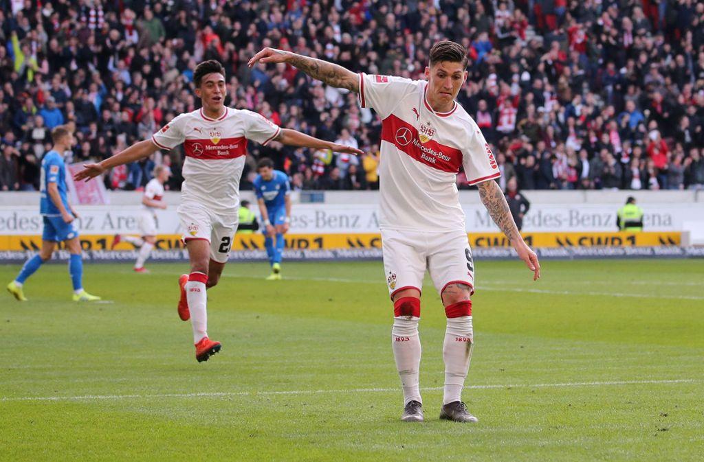 Torjubel vor der Hoffenheimer Kurve: Steven Zuber vom VfB Stuttgart feiert das 1:1 gegen die TSG. Foto: Baumann