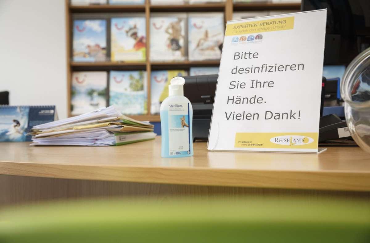 Die Gewerbetreibenden – wie hier das Reisebüro Korbel in Stuttgart-Plieningen – haben genug Sorgen wegen Corona. Foto: Lichtgut/Julian Rettig
