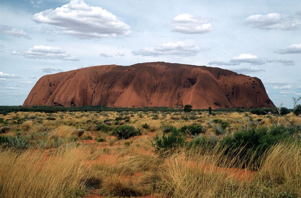 Der Uluru oder Ayers Rock ist für die australischen Ureinwohner ein heiliger Berg. Foto: dpa