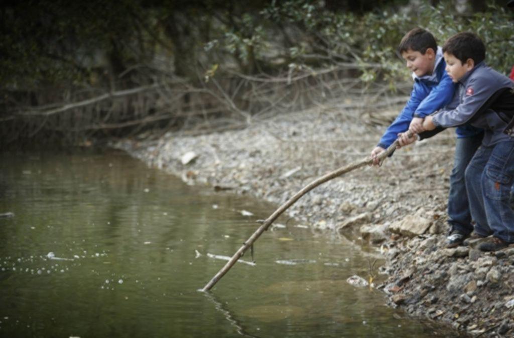 Unterricht mal anders: zwei Schüler spielen im Steinbruch Foto: Gottfried Stoppel