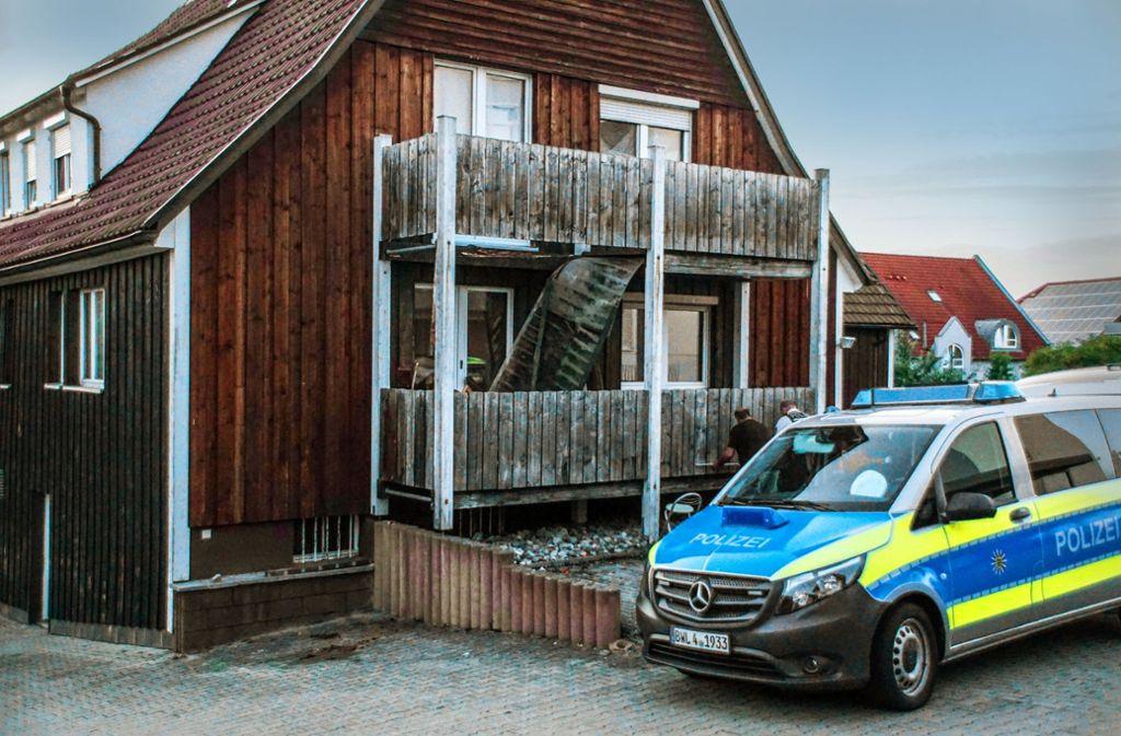An dem Unglückshaus in der Eislinger Straße im Göppinger Stadtbezirk Holzheim ist der Fußboden heruntergebrochen. Aber    auch die übrigen drei Balkone machen nicht mehr den allerstabilsten Eindruck. Foto: SDMG