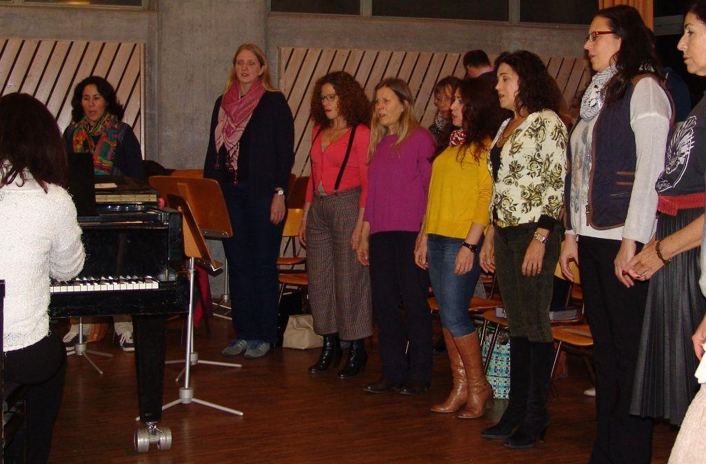 Der brasilianische Chor Encanto singt an diesem Freitag im Alten Feuerwehrhaus. Foto: Armin Friedl