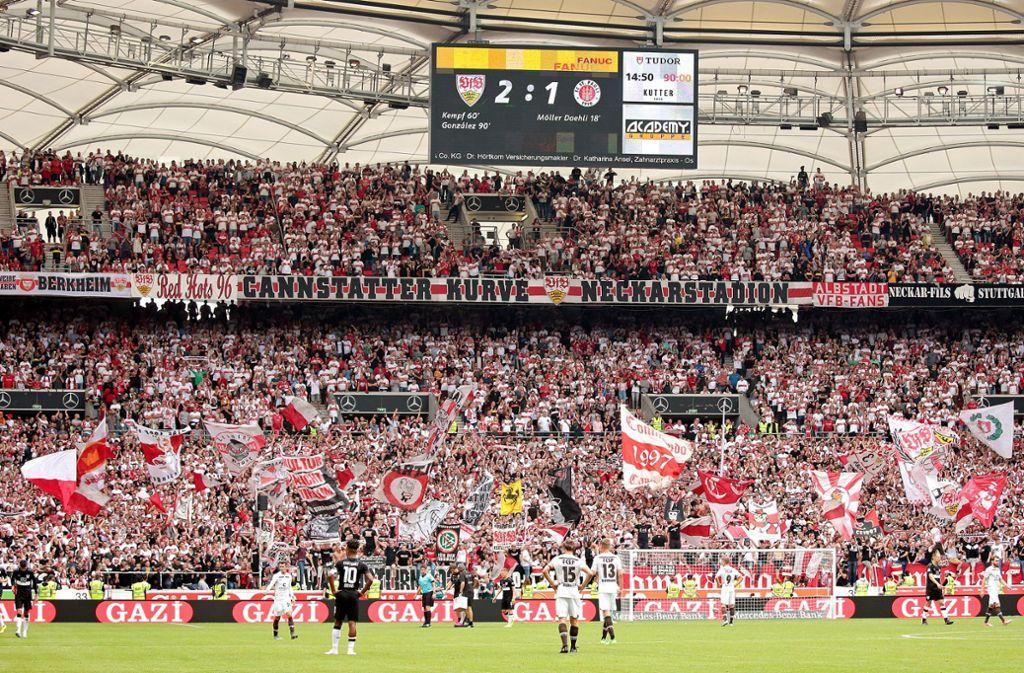Auch in der zweiten Liga erstklassig: die Cannstatter Kurve Foto: Baumann