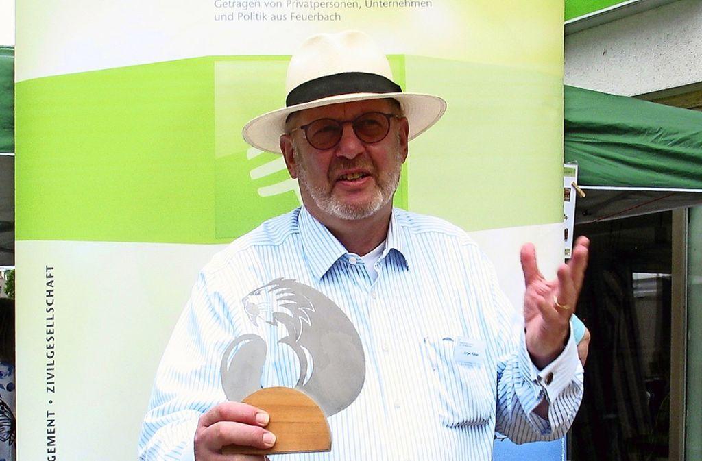 Jürgen Kaisers Buch über knitze Schwaben und der Autor selbst beim Höflesmarkt in Feuerbach, als er über den Förderpreis informierte. Foto: Susanne Müller-Baji