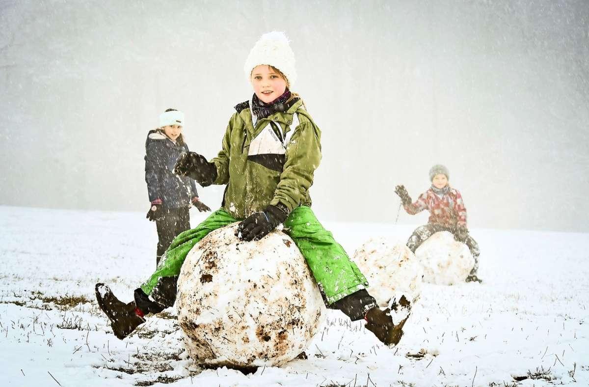 Kinder rollen große Schneekugeln auf der Egelseer Heide Foto: Lichtgut/Ferdinando Iannone