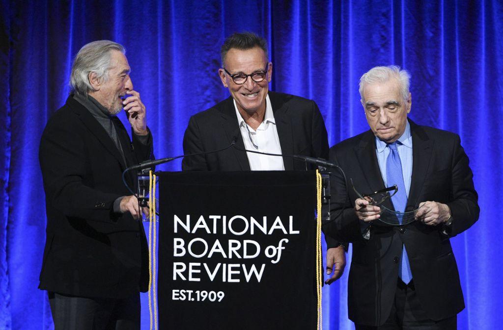 Robert De Niro (l.), Martin Scorsese (r.) und Al Pacino erhalten von Musiker Bruce Springsteen (m.) den NBR Icon-Award für ihr Lebenswerk. Foto: AP/Evan Agostini