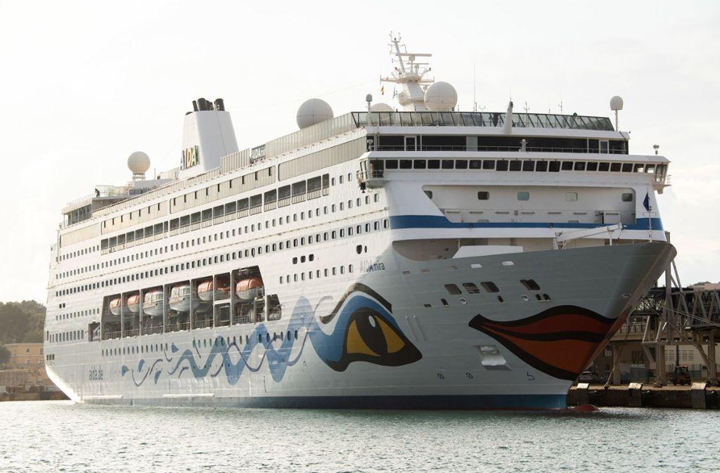 Auf der Aida Mira warteten Passagiere bereits auf die Ausfahrt aus dem Hafen von Palma. Foto: dpa/Andrea Warnecke