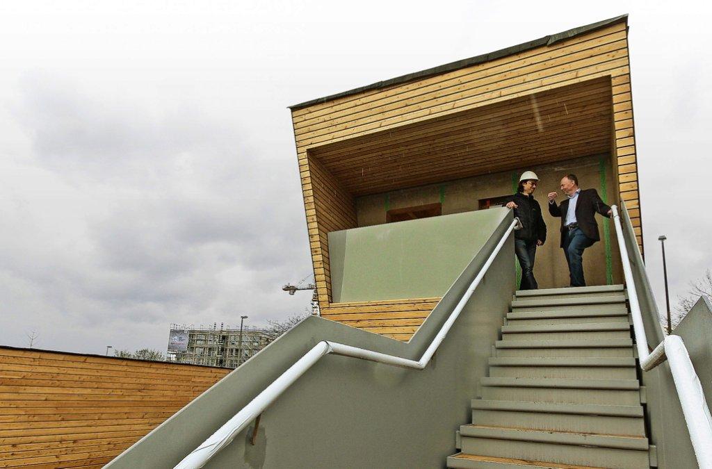 Architekt Reimer  und Bürgermeister Brenner im Baumhaus. Foto: factum/Bach