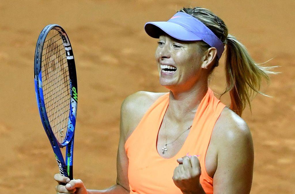 Maria Scharapowa freut sich über ihren Sieg beim Porsche Tennis Grand Prix in Stuttgart. Foto: dpa