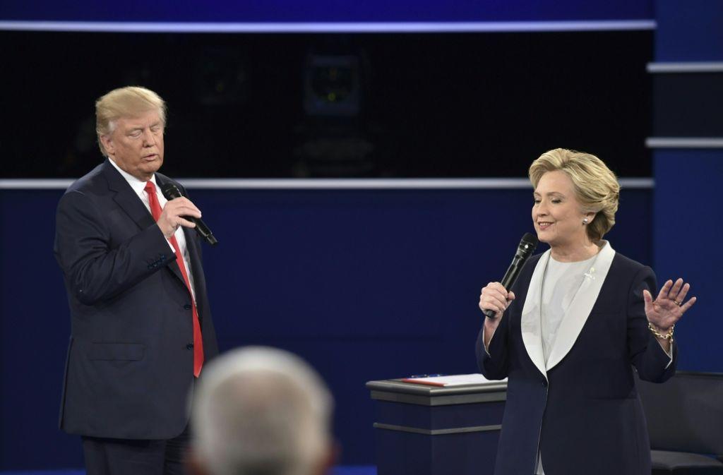 Haben die Zeit ihres Lebens: Trump und Hillary bei der zweiten TV-Debatte. Foto: AFP