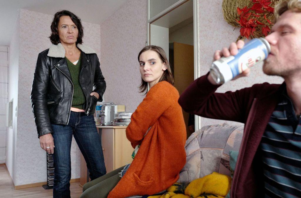 Lieblos Lena Odenthal (Ulrike Folkerts) ist fassungslos, denn die Eltern (Camilla Nowogrodziki und Konstantin-Philippe Benedikt) interessieren sich nicht dafür, was ihre minderjährige Tochter treibt. Foto: SWR Presse/Bildkommunikation