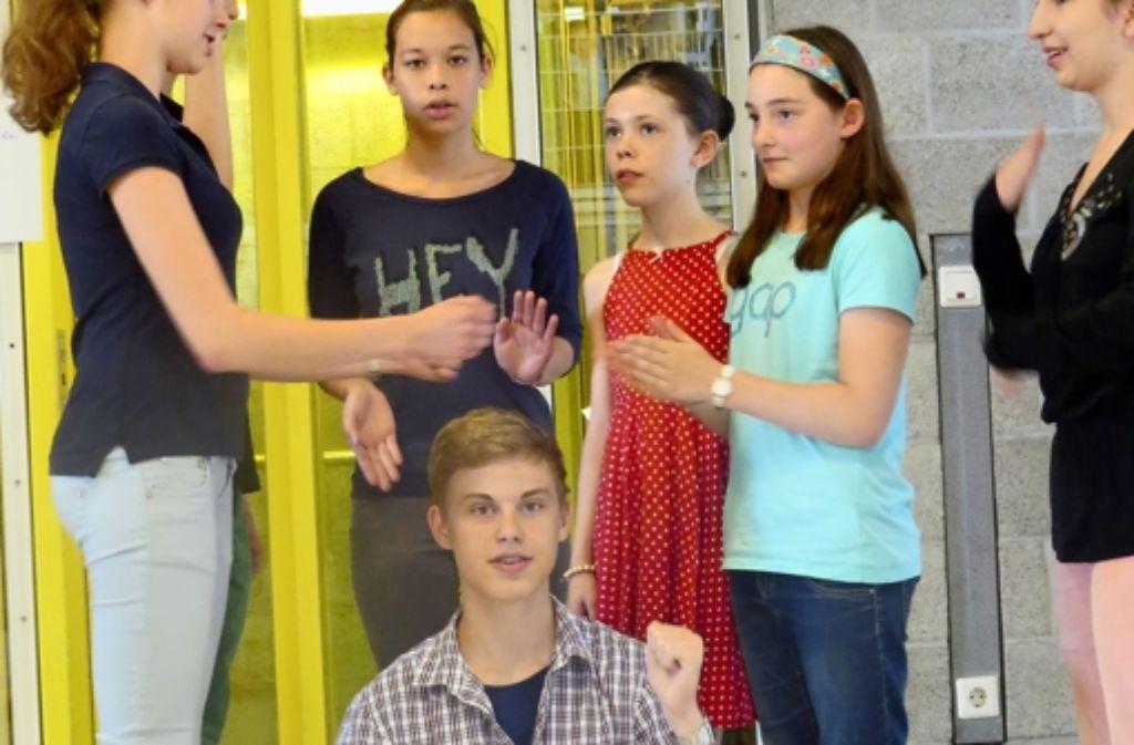 Die Musiktheaterklasse hat mit Wortwitz und Sprachakrobatik unterhalten. Foto: Sybille Neth