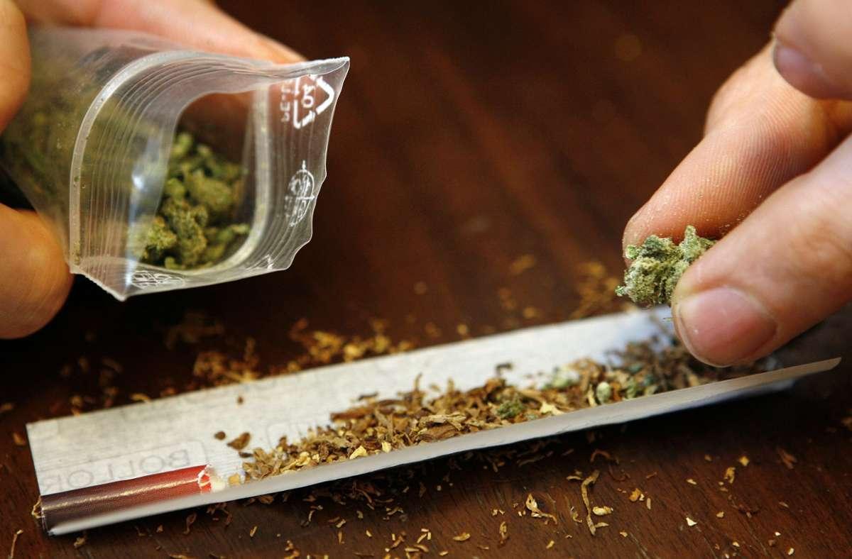 Der starke Marihuanageruch hat zwei 18 und 19 Jahre alte Jugendliche in Degerloch verraten. (Symbolbild) Foto: dpa/Daniel Karmann