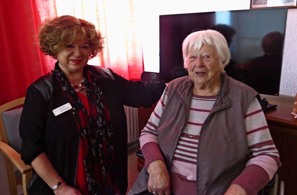 Annegret Gstettenbauer (links) und ihre Kolleginnen bieten Senioren und Seniorinnen wie Ottilie Thalmeier (rechts) Abwechslung und ein offenes Ohr. Foto: /Caroline Friedmann