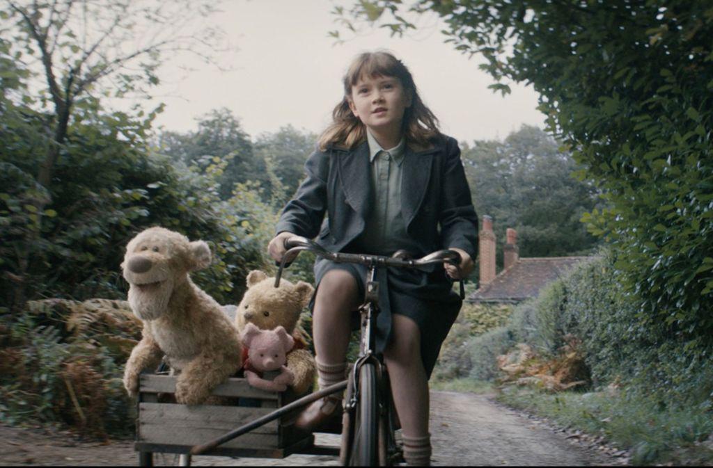 Ausflug mit Schwung: Bronte Carmichael als Christopher Robins Tochter Madeline  mit  den Stofftieren Tigger, Puuh und Ferkel Foto: Disney