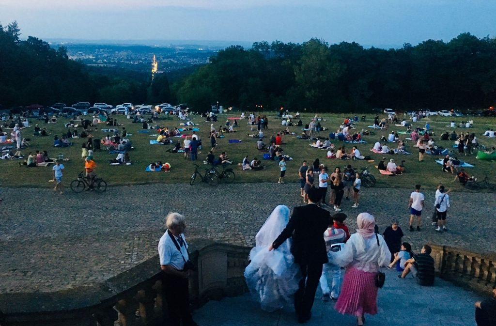 Die friedliche Menge lechzt nach dem Blutmond vor dem Schloss Solitude in Stuttgart. Foto: Sellner