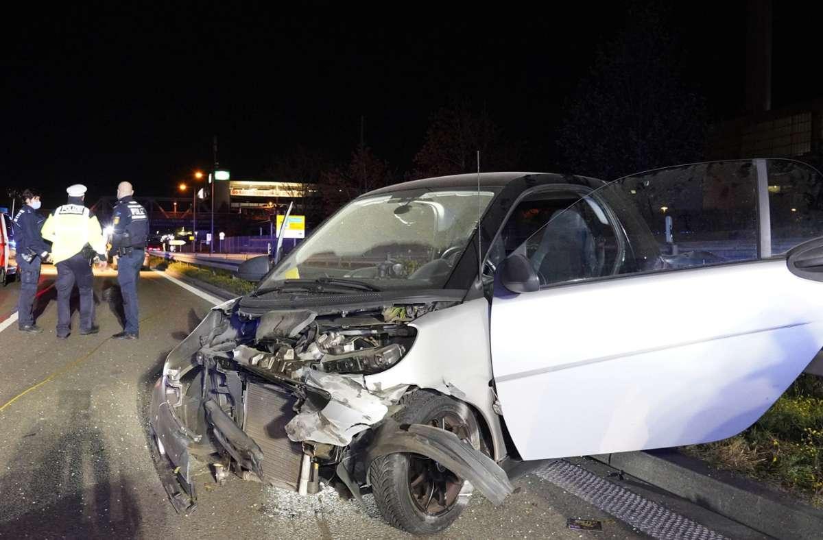Die Fahrerin eins Smarts ist bei einem Unfall auf der B10 bei Stuttgart-Wangen leicht verletzt worden. Foto: Andreas Rosar Fotoagentur-Stuttgart