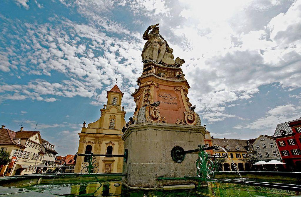 Der  Marktplatz mitsamt Brunnen:die meisten Besucher schätzen das barocke Stadtbild von Ludwigsburg. Foto: