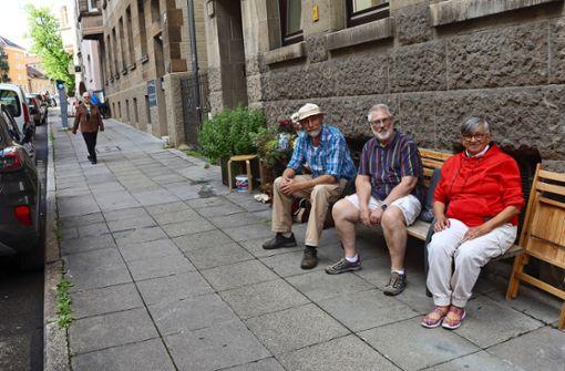 Stadt zieht Hausbewohnern  Sitzbank unterm Hintern weg