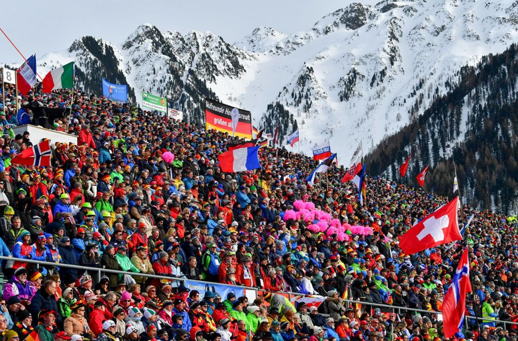 Die Stimmung in der Südtirol Arena ist prächtig: Die 20000 Zuschauer feiern die Biathleten und mit ihren verrückten Verkleidungen manchmal auch sich selbst. Foto: dpa/Hendrik Schmidt