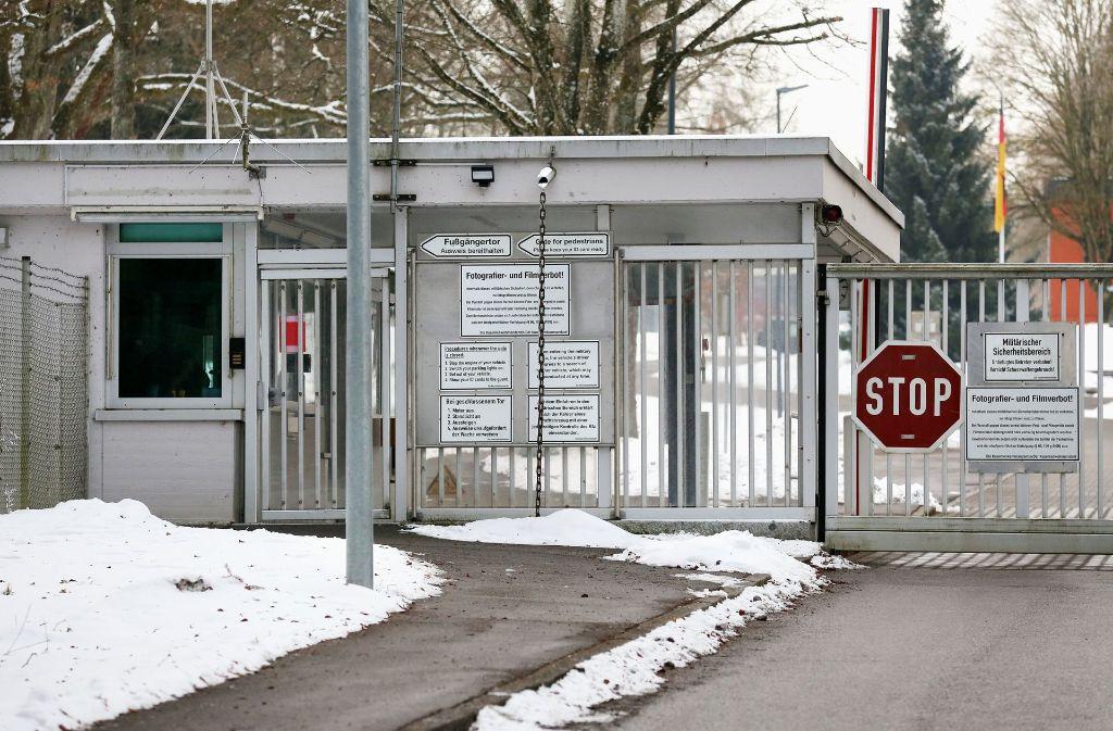 """Das Tor zur Staufer-Kaserne in Pfullendorf. Die SPD fordert, in den Standort """"reinzuleuchten"""". Foto: dpa"""