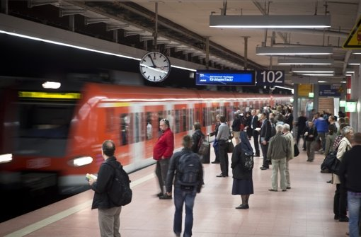 Die S-Bahn in Stuttgart bietet dem Fahrgast ganz neue Erkenntnisse. Foto: Achim Zweygarth
