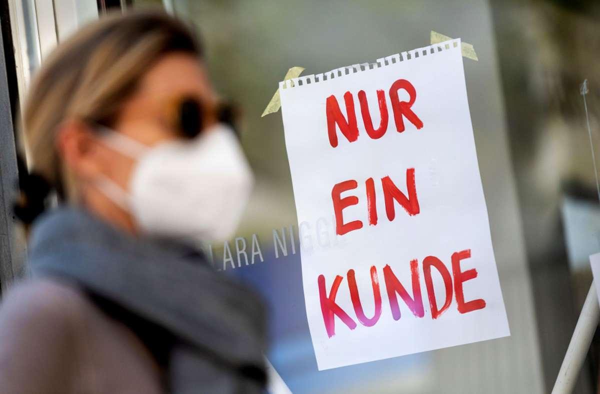 Wie lange gilt die Maskenpflicht im Einzelhandel noch? Foto: picture alliance/dpa/Peter Kneffel