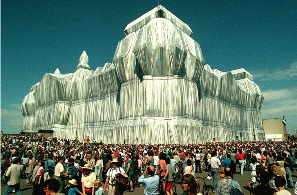 Eines der spektakulären Projekte von Christo und Jeanne-Claude: Verhüllung des Reichstags in Berlin Foto: dpa/Wolfgang Kumm