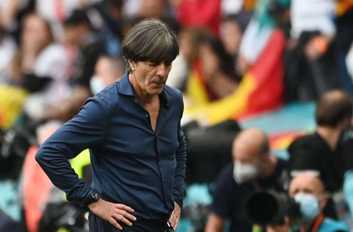 Die nationale Presse geht hart ins Gericht mit dem scheidenden Bundestrainer Joachim Löw. Foto: AFP/Andy Rain