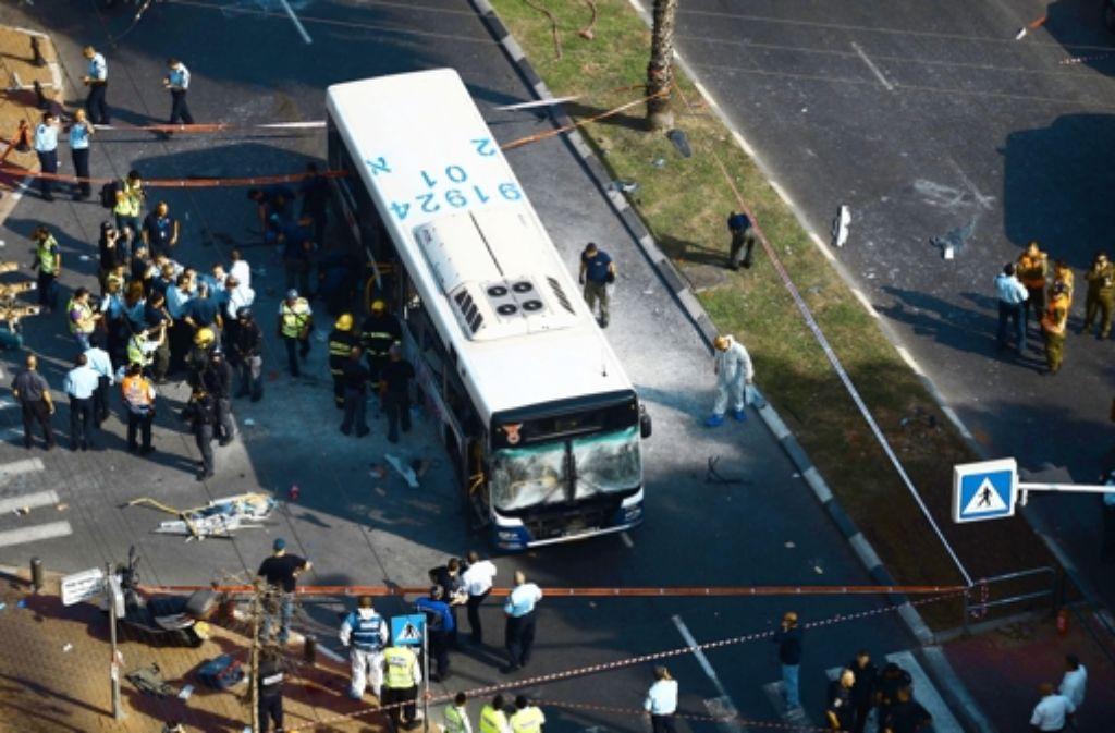 Mehr als 20 Menschen sind beim Anschlag auf einen Linienbus zum Teil schwer verletzt worden. Foto: dpa