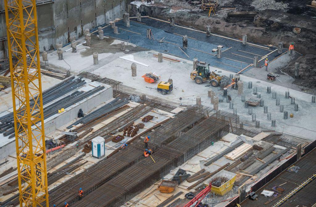 Für den Tiefbahnhof wird der erste Teil der Bodelplatte betoniert. Foto: dpa