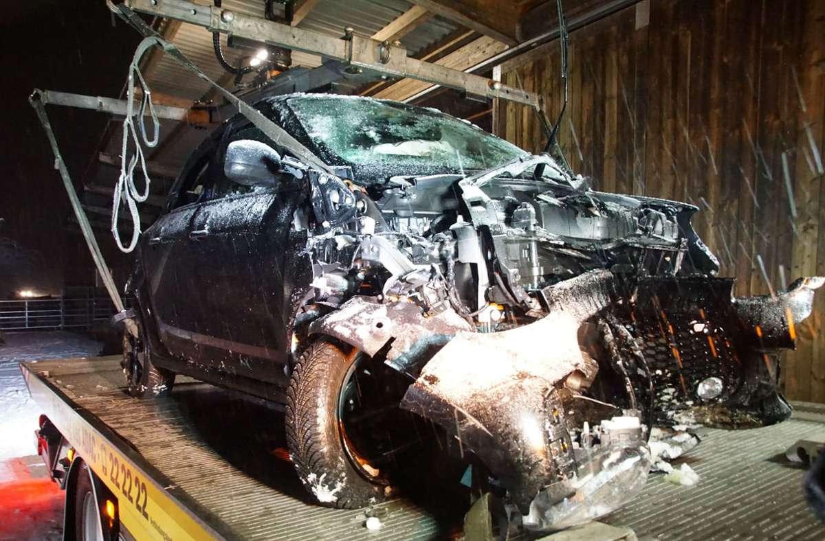 Das völlig zerstörte Auto der Frau musste geborgen werden. Foto: SDMG/SDMG / Boehmler