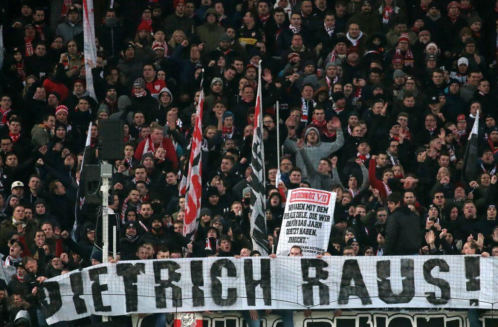 """""""Dietrich raus"""" – der Groll  der Fans in der Kurve richtet sich gegen den Präsidenten. Foto: Baumann"""