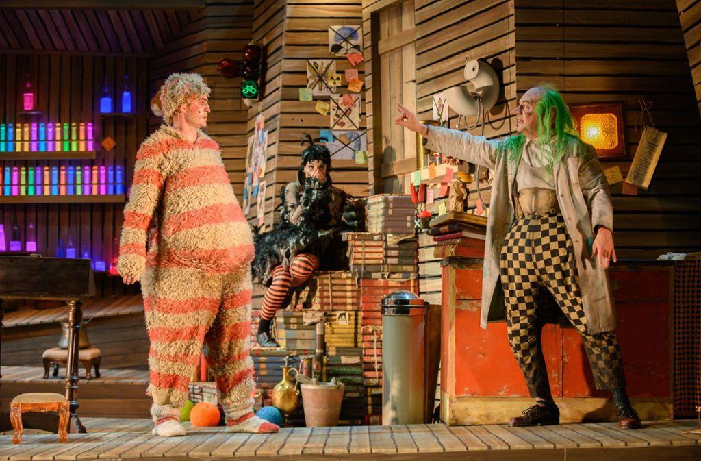 Ab aufs Katzenzimmer: Zauberer Irrwitzer (Reinhard Mahlberg, rechts) mit Kater Maurizio (Jannik Mühlenweg, links) und Krähe Jackie (Celina Rongen, hinten) Foto: Björn Klein