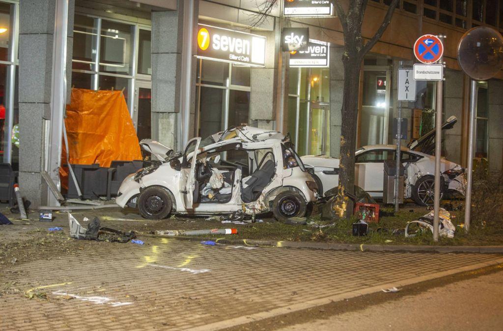 Rettungskräfte konnten nur noch den Tod der Unfallopfer im Kleinwagen feststellen. Foto: 7aktuell/Adomat
