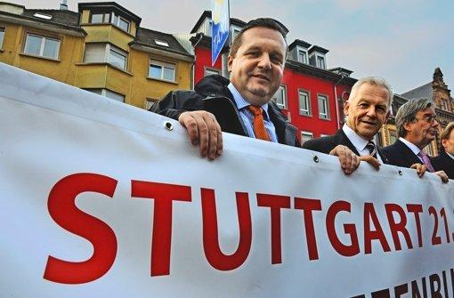 Seit' an Seit' für Stuttgart 21: Ministerpräsident Mappus, Bahnchef Grube (von links nach rechts) Foto: dpa