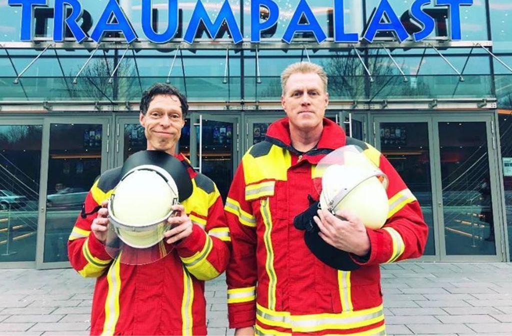 Martin Schneider und Norbert Heisterkamp in  Leonberger Feuerwehr-Kleidung. Foto: Traumpalast Leonberg