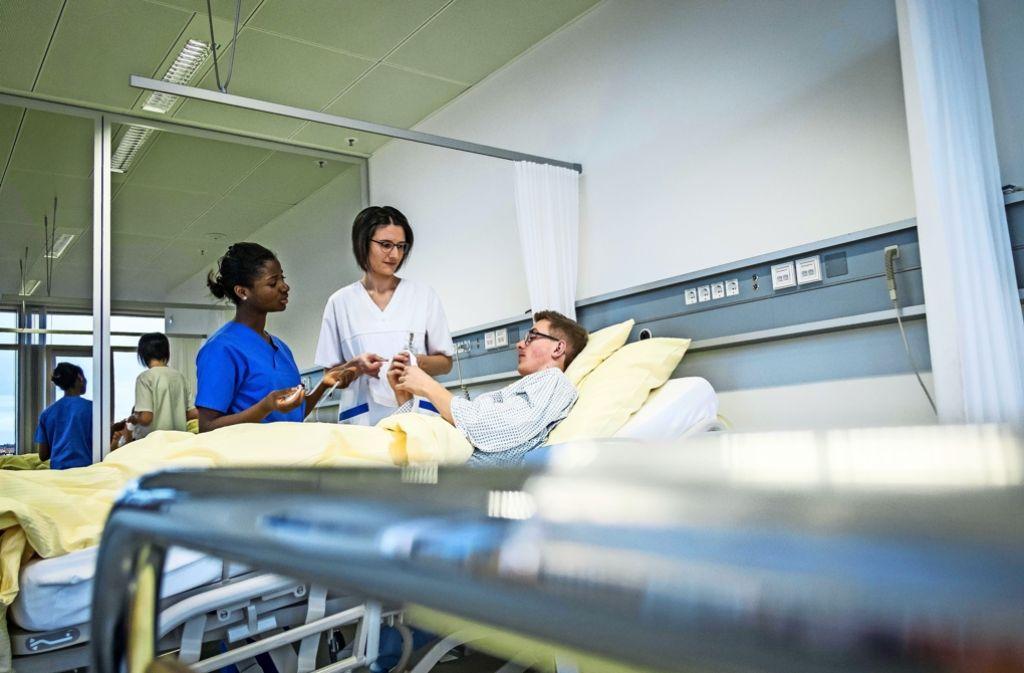 Der Pflegeberuf, der Krankenhausalltag und komplexere Situationen bei den Patienten stellen an die Fachkräfte in den Kliniken hohe Anforderungen. Foto: Lichtgut/Max Kovalenko